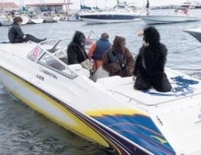 Райконен се състезавал с лодка облечен като горила