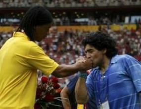 Марадона целуна ръката на Роналдиньо