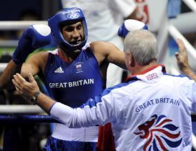Джеймс Дегал донесе първа титла за Великобритания в бокса след 200-та година в Сидни