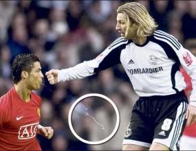 Роналдо плюе свой съперник