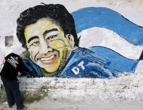 """Аржентина увековечи """"Лапнете ми го"""" на Марадона - снимки"""