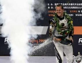 Мерцедес искат Шумахер не само за пилот