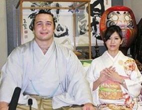 Хоро за Котоошу и булката му, дизайнерка на императора облича Асако