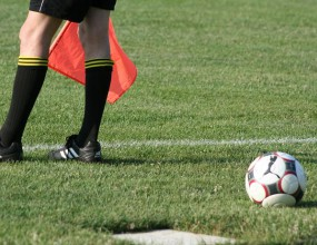 ФИФА продължава експеримента с петимата съдии за още две години
