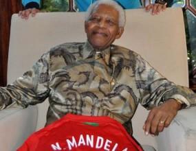 Кристиано подари фланелка на Португалия на Нелсън Мандела