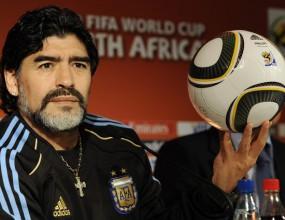 Диего Марадона подари своя фланелка на журналист