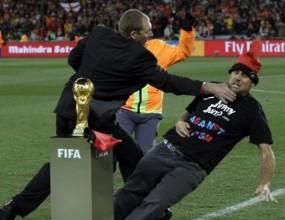 Фен атакува световната купа минути преди финала