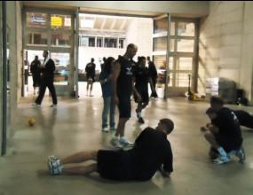 Олимпийските шампиони от САЩ се потят в коридора на бетонен под