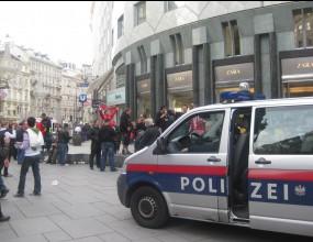 Феновете на ЦСКА изригнаха в центъра на Виена, полицията веднага взе мерки (видео)