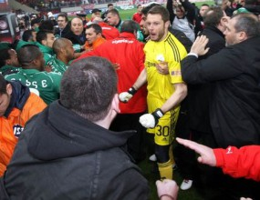 Фенове налагат футболисти след гръцкото дерби