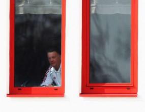 Байерн тренира след издънката, Ван Гаал гледа от прозореца