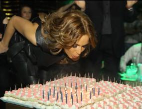 Алисия духна 29 свещички за рожден ден