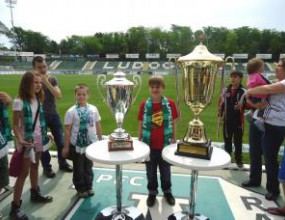 Стотици деца се снимаха с трофеите на Лудогорец