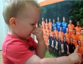 Дете на 2 годинки познава холандските национали (видео)