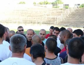 Феновете на Локо Пд награбиха Кокала и футболистите, стопираха тренировката