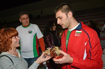 Националният фенклуб на България дари националите ни с подаръци