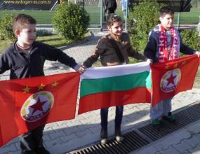 Голяма група български деца с шалове и знамена дойдоха да подкрепят ЦСКА (снимки)