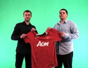 Фен спечели фланелка на Манчестър Юнайтед с автографи от звездите (ВИДЕО)