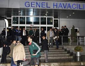Реал М се измъкна от фанатиците на летището