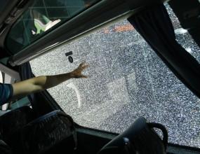 Фенове на Берое счупиха стъкло на автобуса на Левски (снимка)