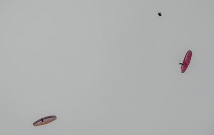 Бейсджъмпър и парапланеристи в атрактивен полет над София