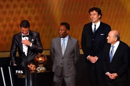 "Кристиано Роналдо прегърна ""Златната топка""! (видео+галерия)"