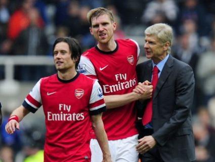 Арсенал обвързва трима с нови договори