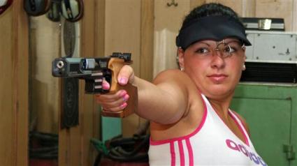 Бонева и Донков 16-и в отборното упражнение на пистолет