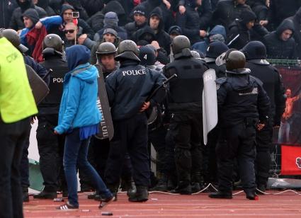 46 задържани до края на дербито