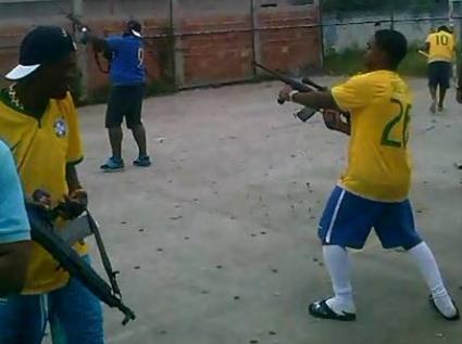 Плашещо! Фенове стрелят с автомати на аматьорски мач в Бразилия (видео)