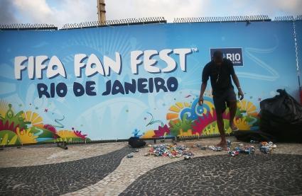 Фенове нахлуха на тренировка на Бразилия