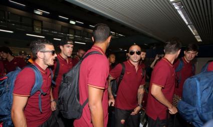 Обиждат играчите на Рома на летището, после им се извиняват