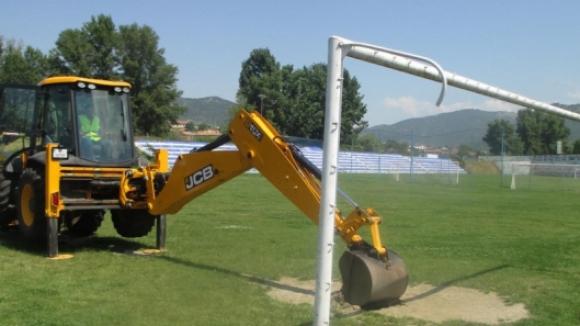 Реконструкцията на стадиона в Симитли напредва въпреки лошото време