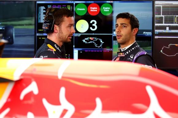 Рикардо се надява Ред Бул да спасят повредения му двигател