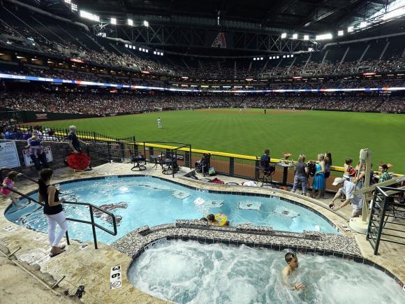 Да гледаш мач от басейна... на самия стадион
