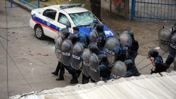 Прекратиха мач в Аржентина заради сблъсъци между фенове и полиция