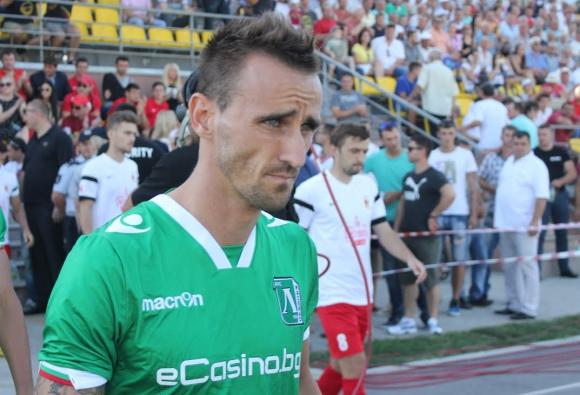 Фенове посрещнаха разстроените футболисти на Лудогорец (видео)