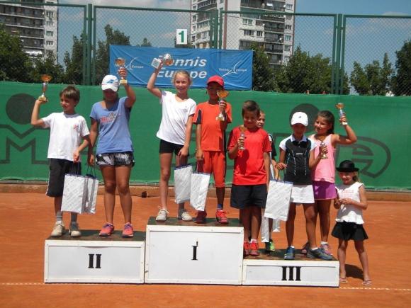 """""""Тенисът – спорт за всички"""" събра малчугани на кортовете на """"Дема"""""""