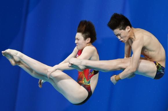 Китайци спечелиха дебютната надпревара по синхронни скокове за смесени отбори