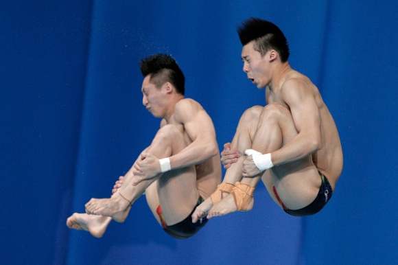 Китайци спечелиха синхронните скокове от 10-метровата кула