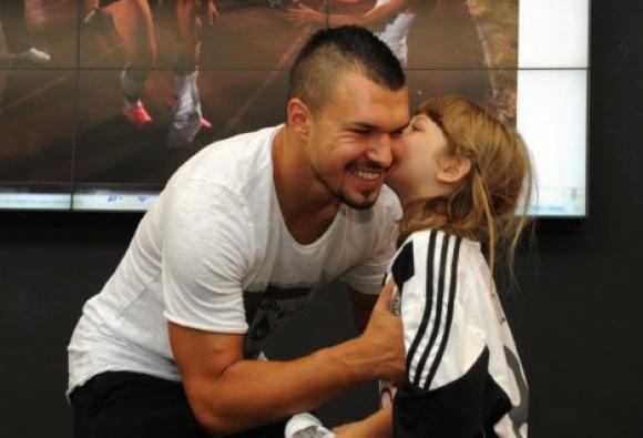 Божинов зарадва най-малката си фенка (снимки)