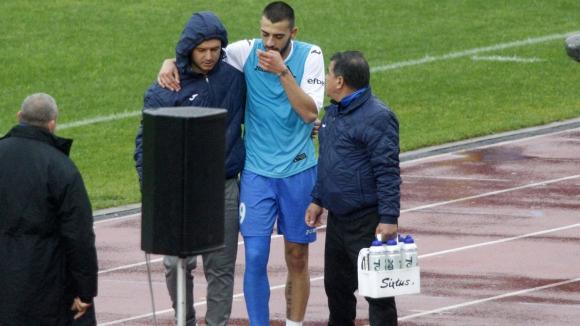 Талант на Левски с тежка контузия в юбилейния мач, закараха го в болница (видео)