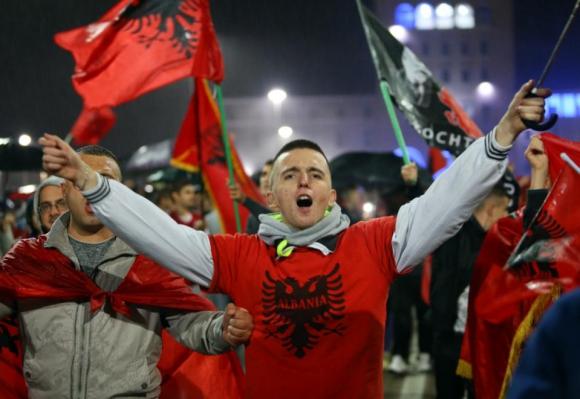 В Тирана посрещнаха футболистите на Албания като национални герои
