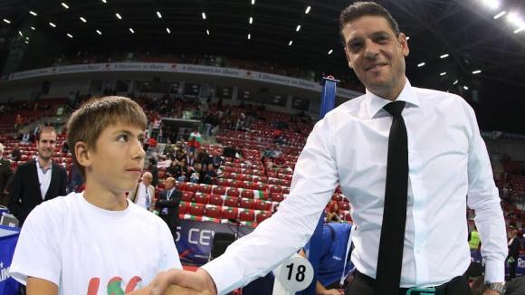 Млад футболист седна на стола до Пламен Константинов