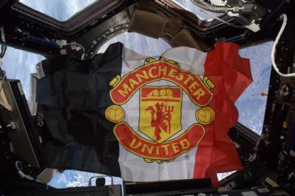 Руски запалянко на Манчестър Юнайтед пусна флаг на клуба в космоса