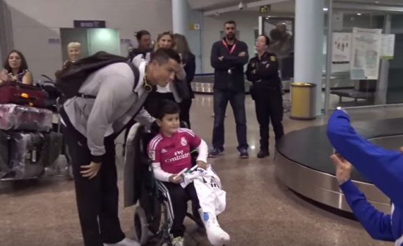 Кристиано зарадва болно момче във Виго (видео)