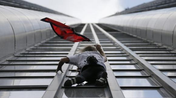 Човекът паяк изкачи 36 етажа с голи ръце