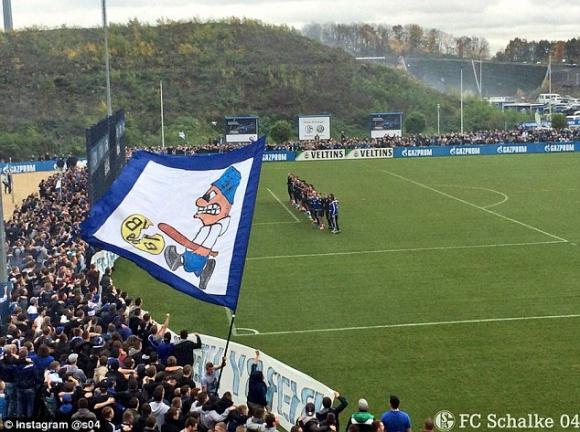 3000 фенове на Шалке 04 надъхаха отбора преди дербито с Борусия (Дортмунд)