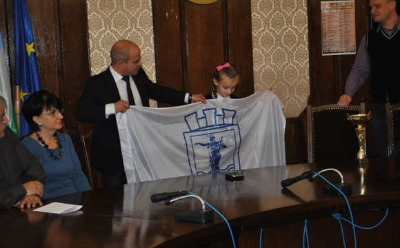 Осемгодишна шахматистка получи знаме на Община Русе от кмета