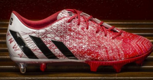 Футболни обувки на Джерард продадени на търг, парите отиват за бежанци